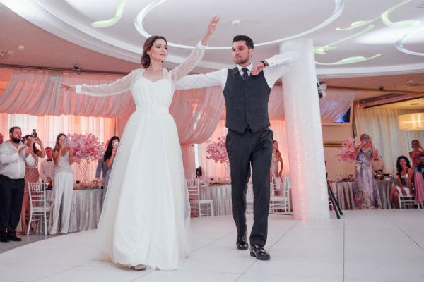 Алеса специально учила грузинский танец к свадьбе