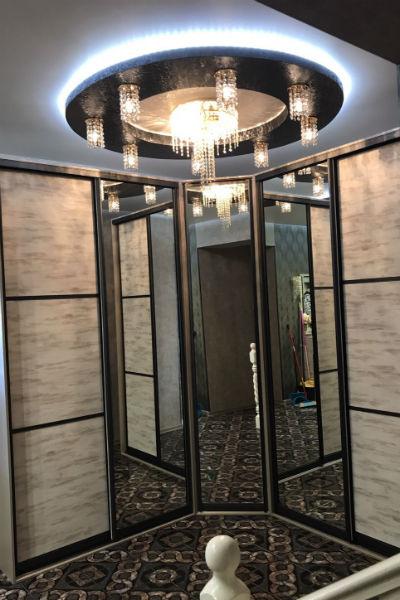 Зеркальные шкафы зрительно увеличивают пространство