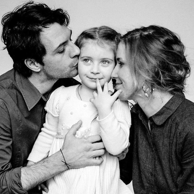 Юрий с женой Ксенией Скорокосовой и дочкой Евой