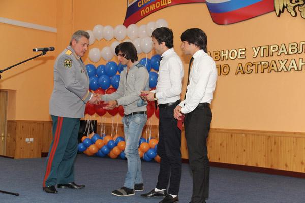 В управлении МЧС по Астраханской области парням вручили медали «За отвагу на пожаре» (слева направо – Роман, Орхан и Сархан)