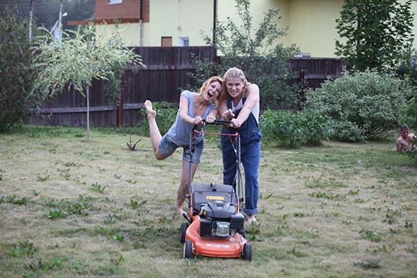 Анастасия Макеева и Глеб Матвейчук ухаживают за газоном