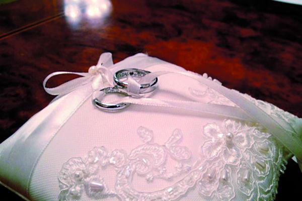 Пара хотела скромные кольца с секретной надписью внутри. Их желание выполнил Альбер Кингсли и его бренд The Saplings
