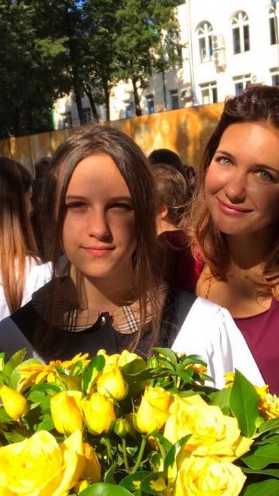 Екатерина Климова провожает наследницу в школу