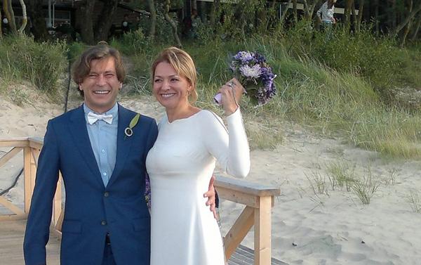 По случаю торжества Лева и Ася вновь надели костюмы жениха и невесты