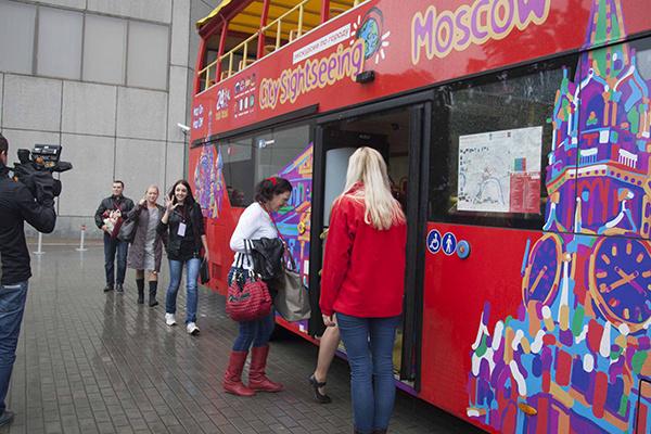 Наш «веселый» автобус. Экскурсию по Москве мы совершали на комфортабельных автобусах City Sightseeing Moscow