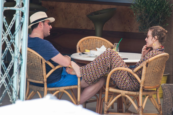 Назагоравшись и накупавшись, Ксюша с супругом отправились в ближайшее кафе