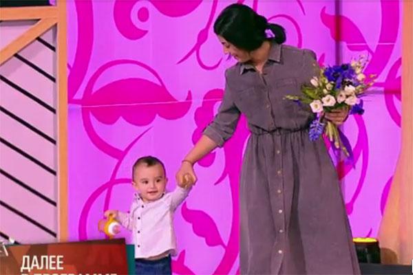 Маленький сын Александра Гордона Саша впервые пришел к папе на работу вместе с мамой Нозой