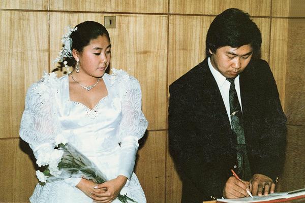 Свадебное платье, купленное 25 лет назад, Анита все еще хранит, хотя сейчас наряд кажется ей несколько нелепым