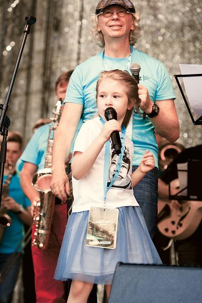 Аркадий с дочкой на открытии фестиваля World Jazz Festifal в Риге, июль 2017 года