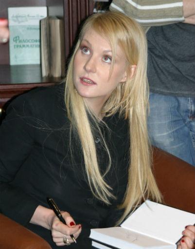 Некоторое время у Ренаты были длинные волосы, 2007 год