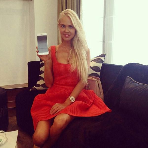 Мария Погребняк очень рада увеличенному размеру айфона