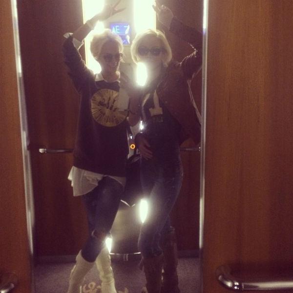 Полина и Светлана оделись на концерт в одном стиле