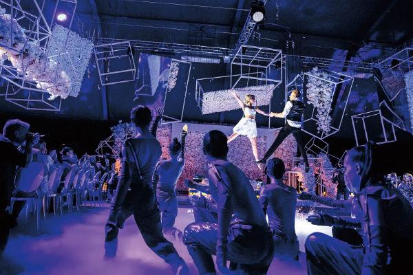 Первый танец новоиспеченной семьи прошел в воздухе на фоне футуристических декораций