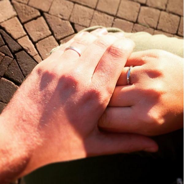 Руки Ирины и таинственного незнакомца, которые украшают кольца