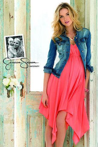 Модель из коллекции одежды для беременных от Джессики Симпсон