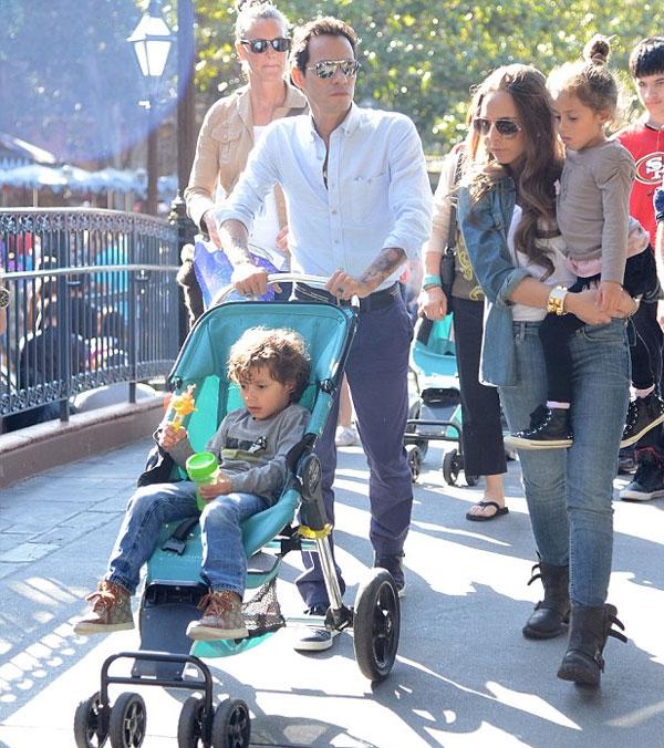 Вместе с детьми Марка Максом и Эммой пара выглядит как счастливое семейство