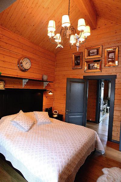 Стены спальни хозяев украшают семейные фото