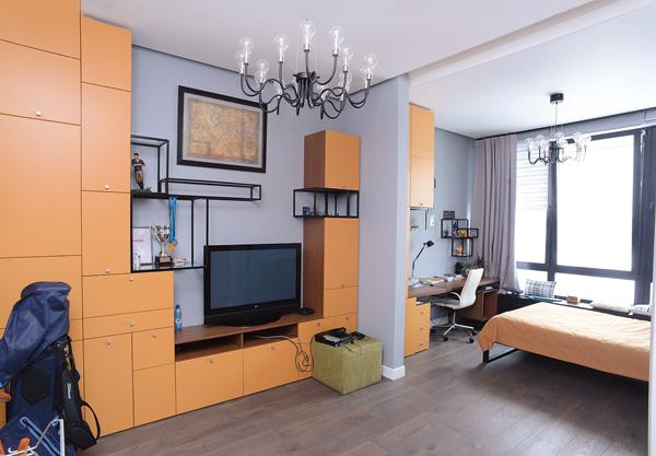 Гостиная, совмещенная с кабинетом, – любимое место Алексея