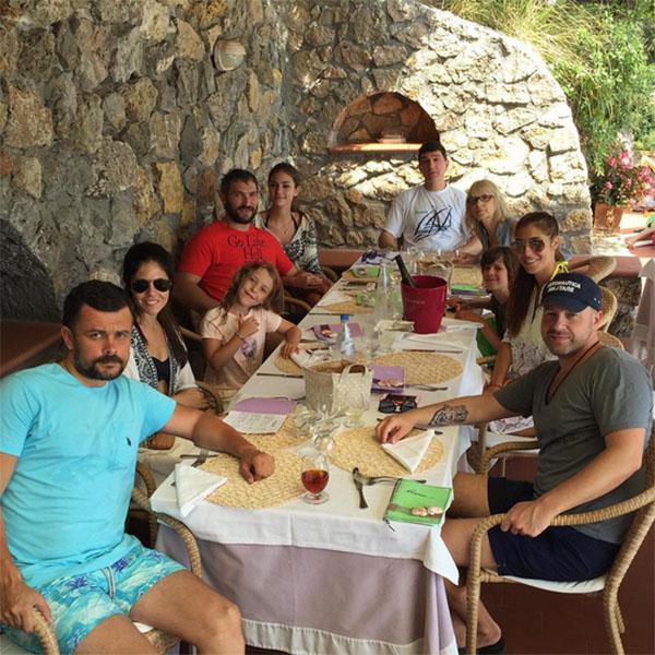 Александр Овечкин и его невеста одни из летних выходных провели с семьей Анастасии – ее родителями и сестрами с мужьями.