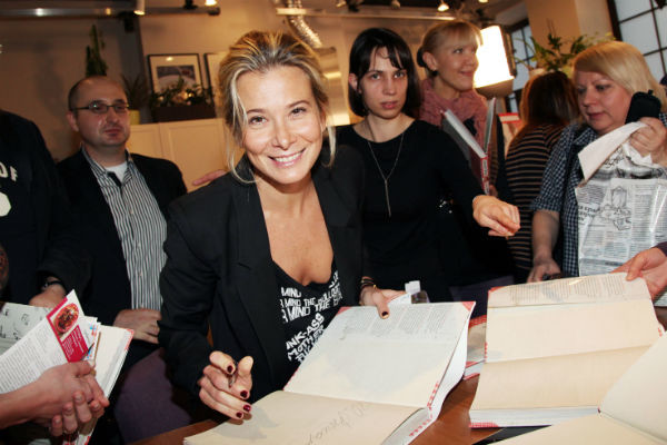 Юлия Высоцкая на презентации своей книги «Плюшки для Лелика. Домашние рецепты»