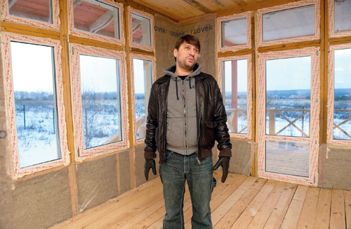 Вид из будущей гостиной в доме Виктора Логинова открывается на чистое поле