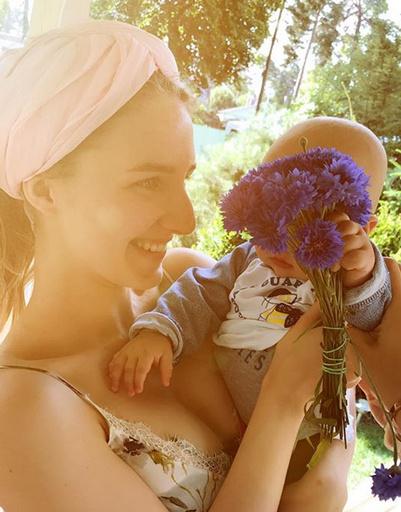Платон преподнес букет цветов старшей сестре Полине