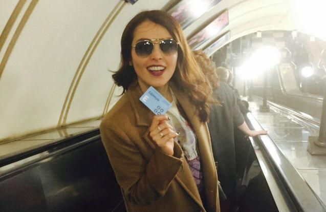 Сати Казанова с проездным билетом в московском метро