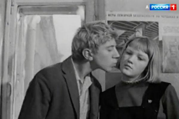 Героиня Лены Прокловой, проиграв спор, дала себя поцеловать