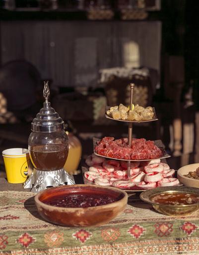 Восточные сладости на импровизированном базаре