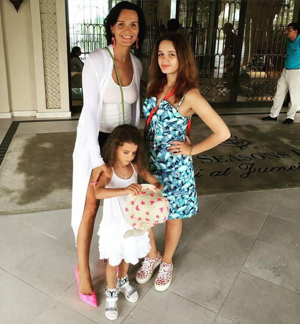 Певица Слава со своими дочерьми