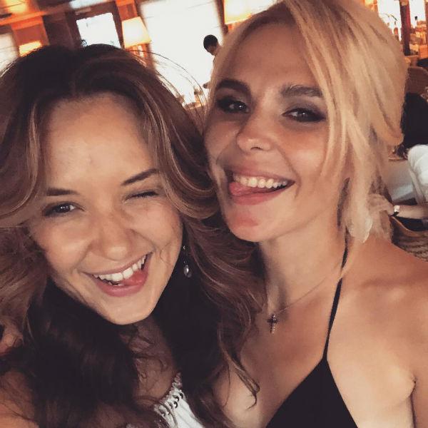 Пелагея на вечеринке с подругой Катей Добряковой