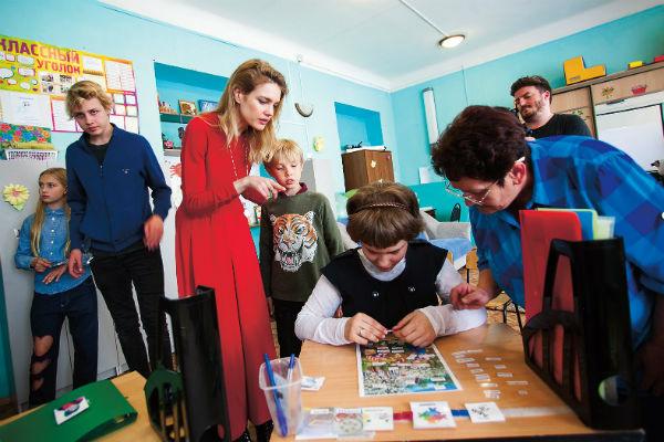 Водянова с Невой, Лукасом и Виктором во время визита в школу в Нижнем Новгороде
