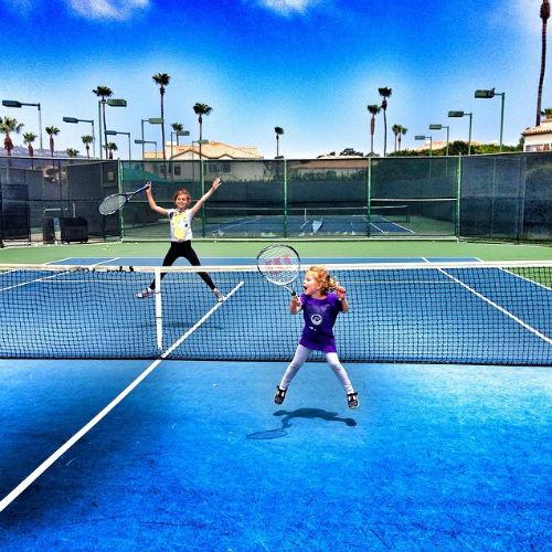 Алина и Моника на занятиях теннисом
