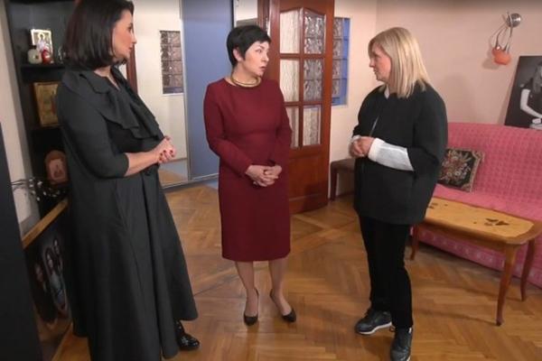 Екатерина Стриженова и ее сестра Виктория Андриянова попросили Наташу Барбье (на фото в центре) помочь с ремонтом