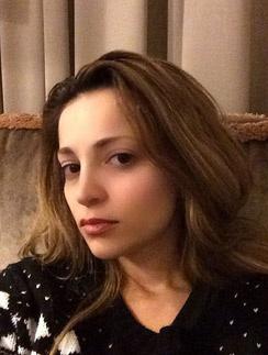 Теона Дольникова сосредоточена на работе