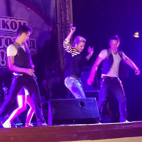 Анна Семенович выступает на дне города в Чехове