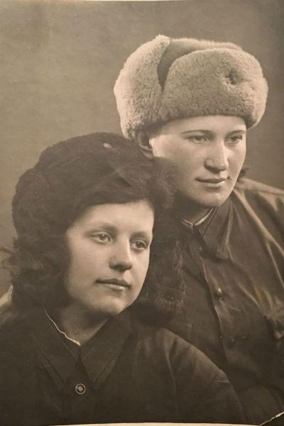 Фотография с форонта бабушки Вячеслава Манучарова с подругой