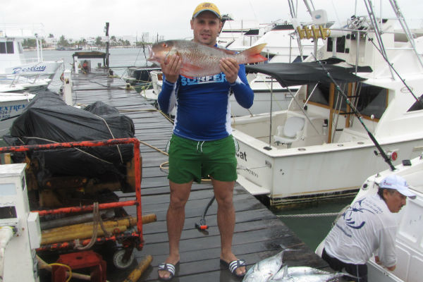 На рыбалке Сергей поймал огромного тунца