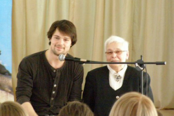 Данила Козловский редко приезжает к бабушке, но она знает о нем почти все
