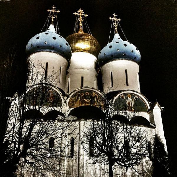 Константин Крюков и его супруга Алина Алексеева прошлой ночью посетили Свято-Троицкую Сергиеву Лавру