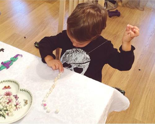 Богдан делает подарок для бабушки