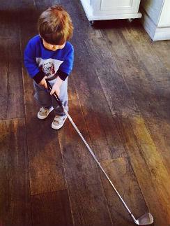 Иван с удовольствием орудует клюшкой для гольфа