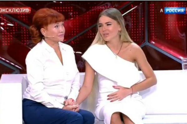 Во время эфира девушку поддерживала мама