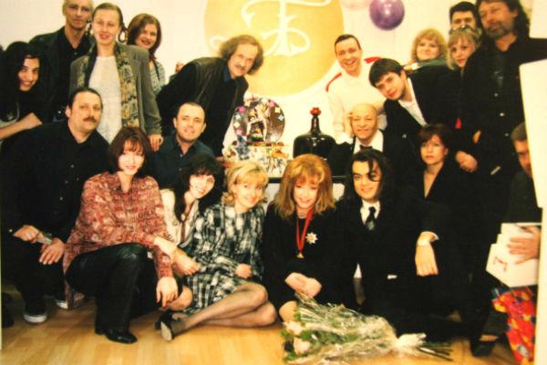 50-летие Аллы Пугачевой. Олег Непомнящий в нижем ряду, третий справа