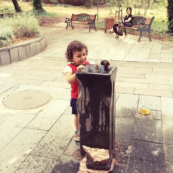 В скверах Тбилиси до сих пор остались фонтанчики с водой