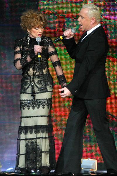 В платье ЮдашкинаЛюдмила Марковна вместе с Борисом Моисеевым исполняла песню «Петербург–Ленинград»