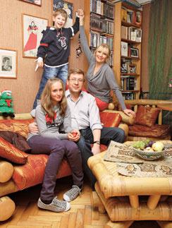 Семья Анны Ардовой живет недалеко от станции метро «Алексеевская».  – Я люблю принимать дома гостей, – признается актриса. – Мои друзья – это для меня святое. Они помогают, спасают меня, лечат... (на фото Анна  с мужем, дочкой и сыном)