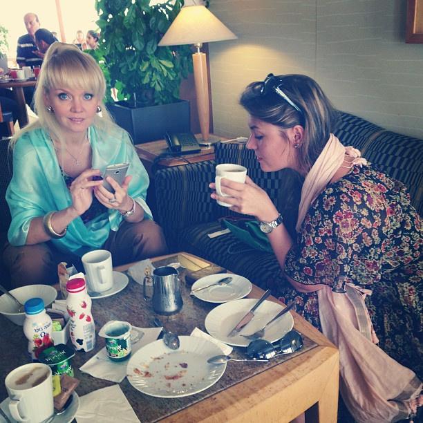 Валерия с дочерью Анной на завтраке в Тель-Авиве