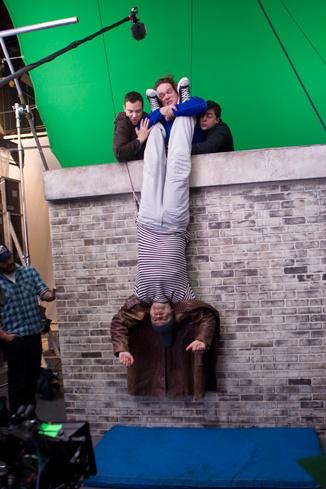 Рабочий момент съемок фильма «Любовь в большом городе» пришлось повисеть вниз головой