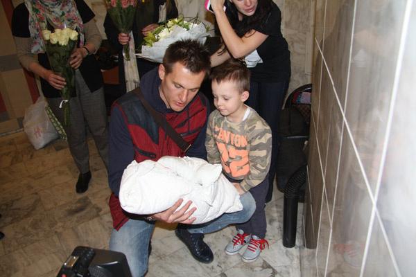 Папа знакомит 4-летнего Платона с братиком